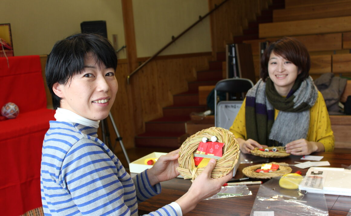 "The workshop of making original ""Nagashibina"" and ""Sandawara (small round straw boats)""!"
