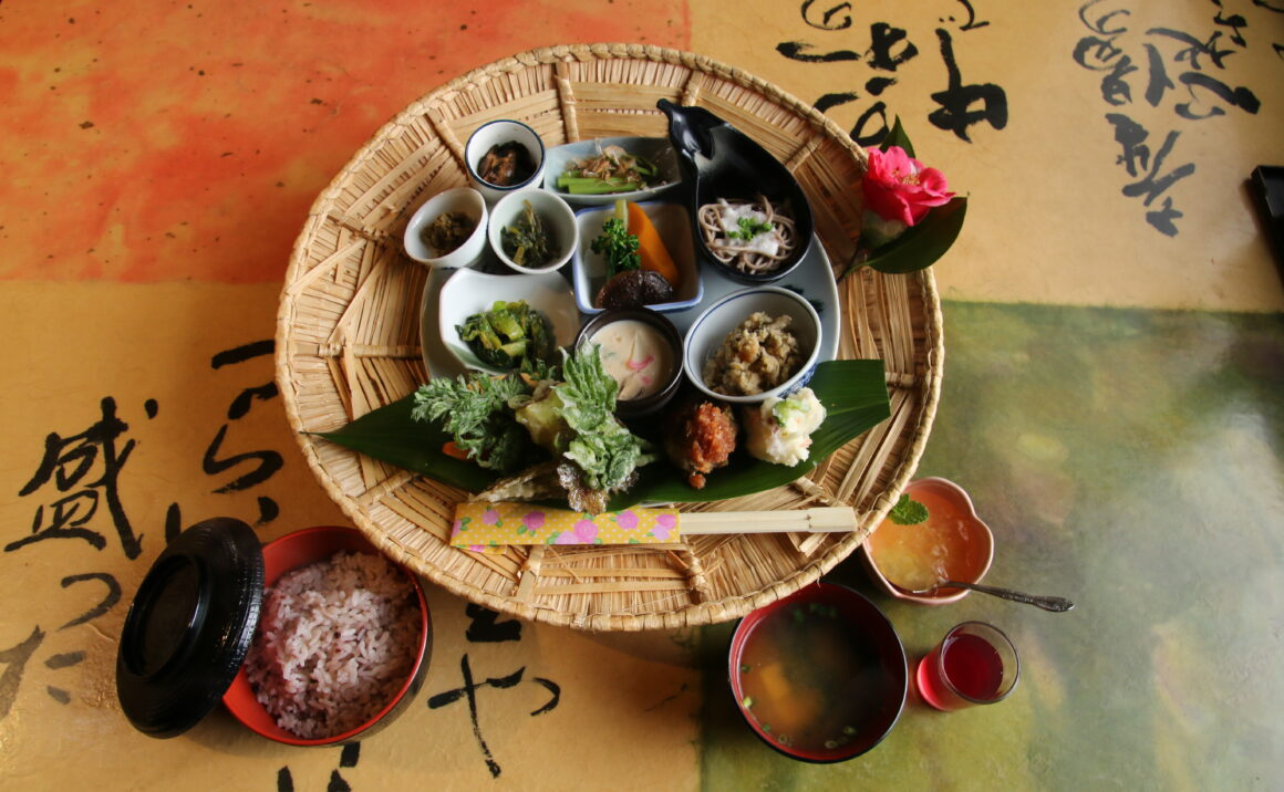 "Eat local traditional home taste meal ""Sugegasa (sedge hat) Gozen"" at Yumekomichi"