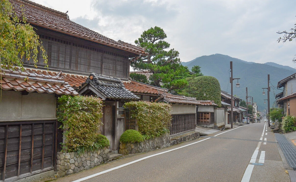 """Time to relax with a nostalgic retro town scape in """"Chizu-shuku"""" historical post town with hospitality"""