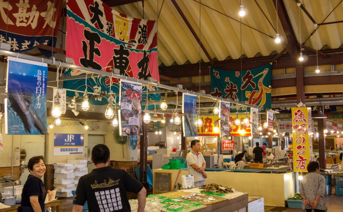 "The fresh seafood market ""Karoichi"", a grace of the Sea of Japan, and the local agricultural product market ""Wattaina"" bustling with many local people"
