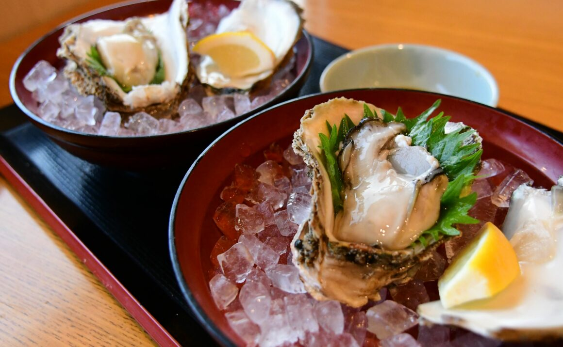 Full of sea smell, enjoy eating rock oysters in Tottori City.