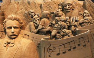 迫力満点!「砂の美術館」の儚くも美しい彫刻作品は必見