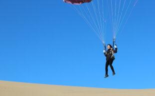 「パラグライダー」で空から眺める鳥取砂丘!