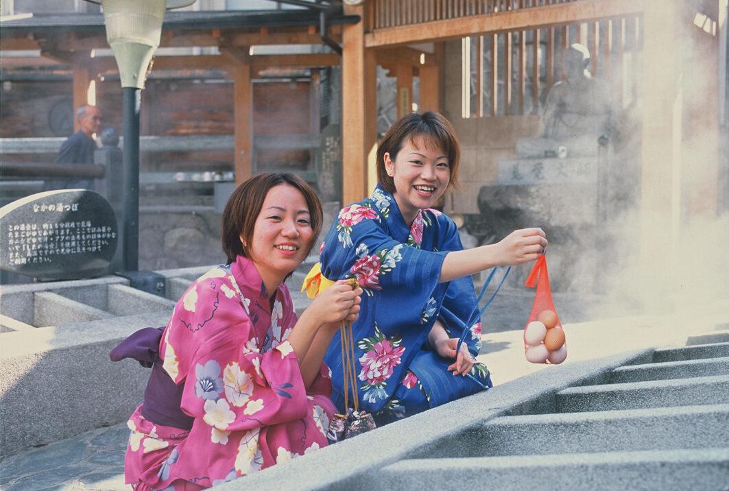 湯村温泉の荒湯で温泉卵作り体験